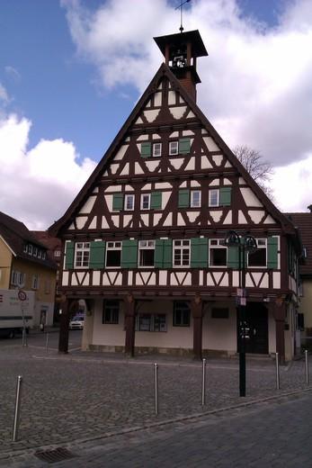 Uhlbach, un autre quartier/village paisible de Stuttgart où les vignerons sont rois. Le passant a l'impression de se trouver dans une petite bourgade entourée de collines et perdue dans la campagne, alors qu'en fait Uhlbach est située à une poignée de kilomètres du port de Stuttgart et de son importante zone industrielle. Vue sur une maison prise depuis l'entrée du musée de la viticulture.
